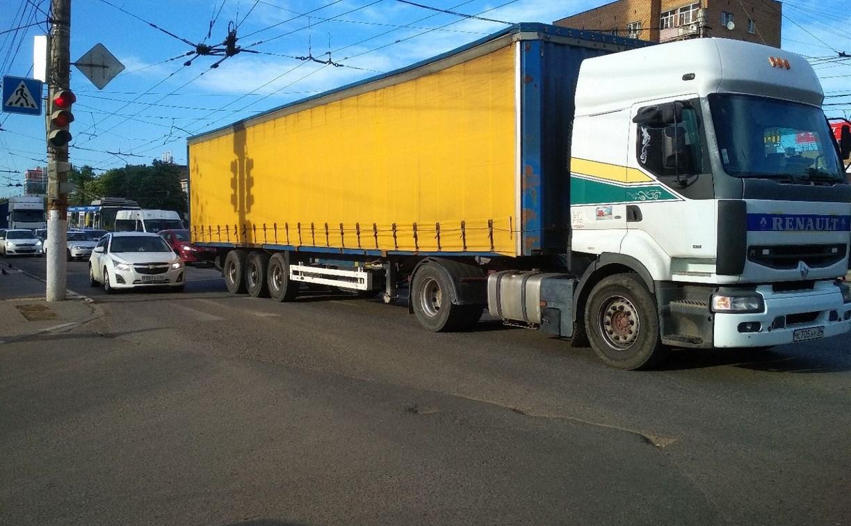 На проспекте Ленина образовалась пробка из-за ДТП с фурой