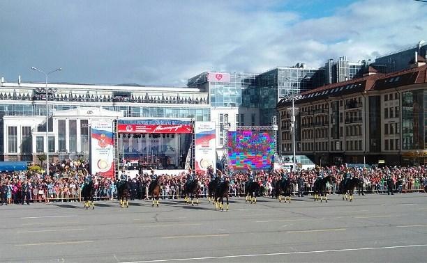 На площади Ленина проходит церемония развода конных и пеших караулов