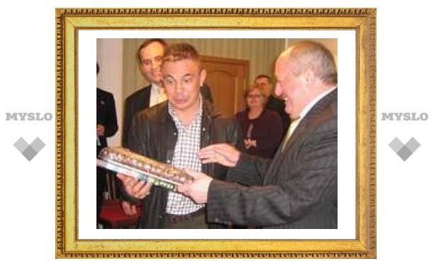 Мэр Тулы подарил Цзю гигантский пряник