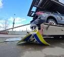 Необычное ДТП: в Туле дорожный знак проткнул новый Volkswagen на автовозе