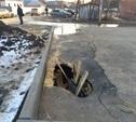 В Мясново машина провалилась в яму глубиной полметра