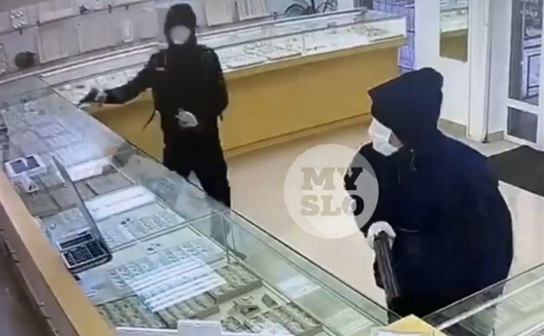 Момент вооруженного ограбления ювелирного магазина в Тульской области попал на видео