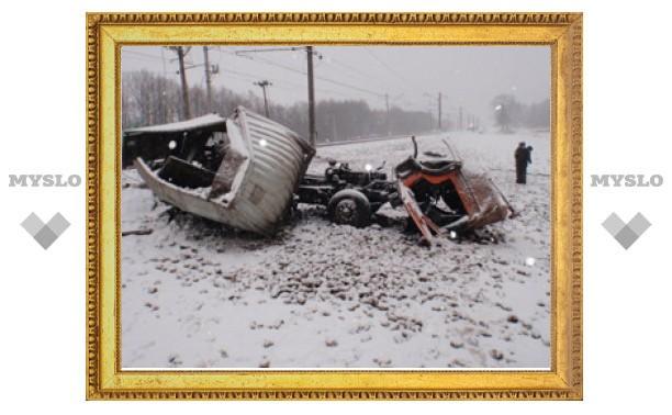 На месте столкновения пассажирского поезда и КамАЗа в Тульской области работают криминалисты