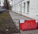 Тулячка пожаловалась на перекрытый тротуар на ул. Жаворонкова и опасные балконы