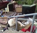 На ул. Кирова в Туле возле подъезда образовался «мебельный магазин»