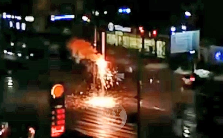 На пр. Ленина на столбе ярко искрило электричество