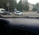 В Новомосковске легковой автомобиль колесом провалился в люк