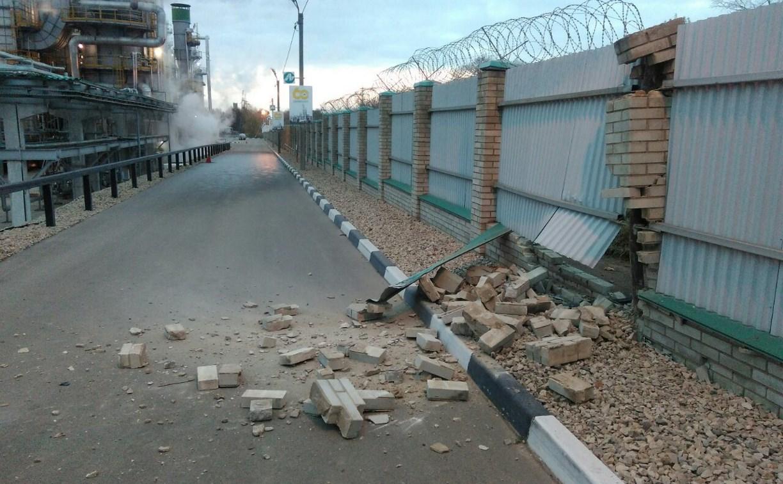 Автомобиль протаранил забор «Щёкиноазота»