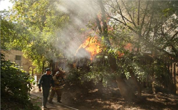 Через дорогу от ТЦ «Фролов» полыхал пожар