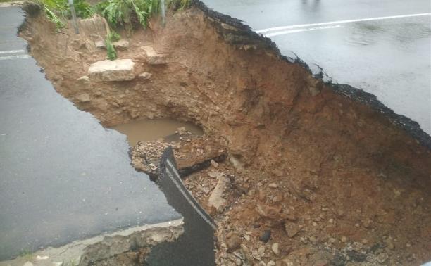 В сети появились фото разрушенной в Тульской области после ливней дороги
