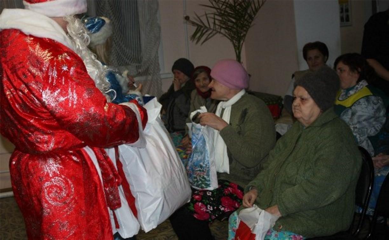 Волонтеры готовят новогодние подарки в дома престарелых
