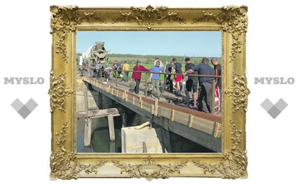 Жители деревни сами построили мост