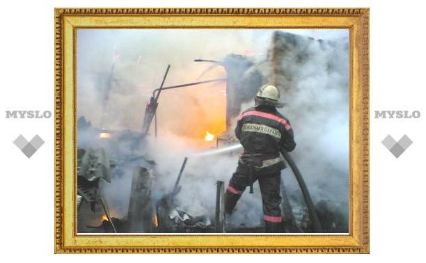 В Алексине загорелся склад с 400 тоннами макулатуры