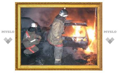 В Туле в автосервисе сгорели два автомобиля