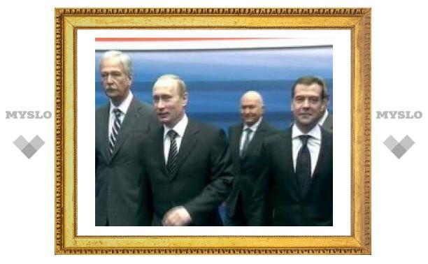 """Рейтинги Медведева, Путина и """"Единой России"""" упали"""