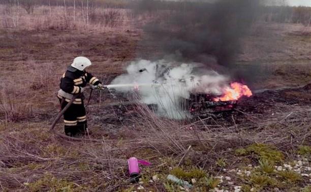 В Ясногорском районе сгорел съехавший в кювет «Рено»