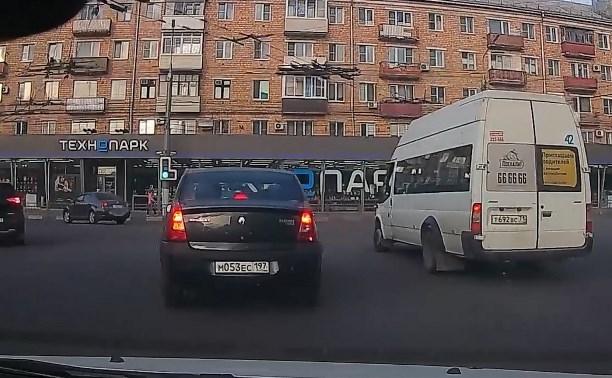 Водитель тульской маршрутки нарушил ПДД и чуть не спровоцировал аварию: видео
