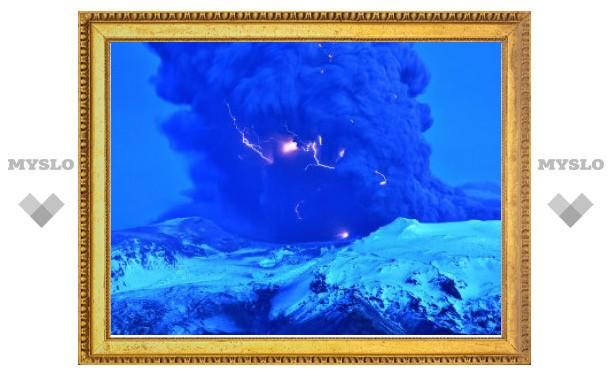 Опубликованы снимки исландского извержения крупным планом