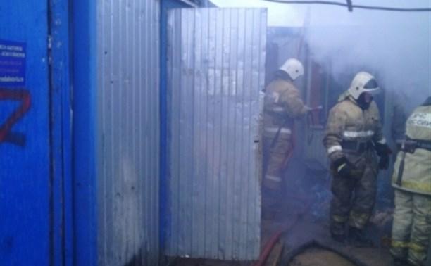 Возле Тульского суворовского училища загорелся строительный вагончик