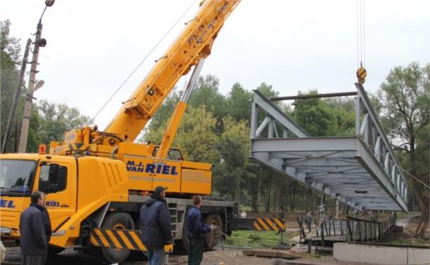 В Баташёвском парке устанавливают перекидной мост