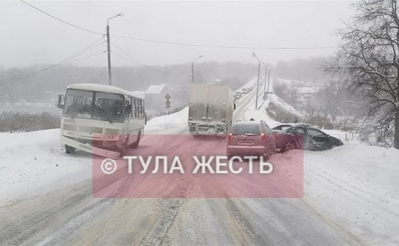 Под Тулой водитель «Тойоты» протаранил автобус и «Шкоду»