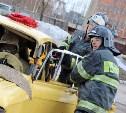 Тульские пожарные отработали навыки спасения пострадавших в ДТП: фоторепортаж