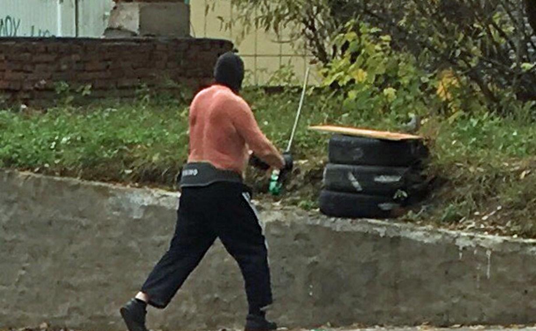 В Туле школьница наткнулась на полуголого мужчину в маске и с самурайским мечом