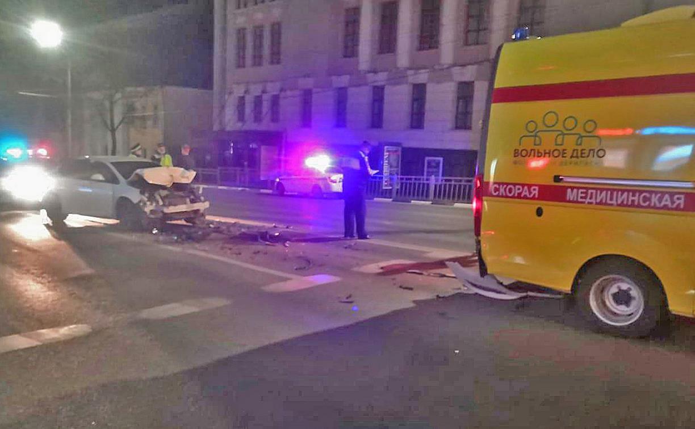 Ночью в Туле водитель легковушки врезался в машину реанимации