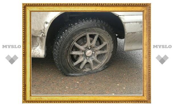 На проспекте Ленина в Туле пять машин пробили колеса из-за ямы
