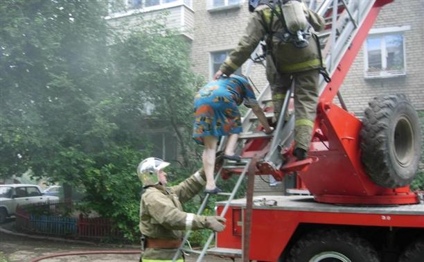 Спасатели эвакуировали тулячку с балкона горящей квартиры