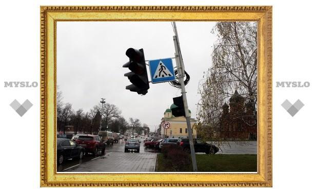 """В Туле светофор возле """"белого дома"""" завалился на машину"""