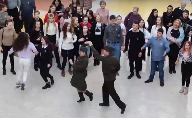 Песенный флешмоб в торговом центре: Туляки спели «Катюшу» и «Смуглянку»
