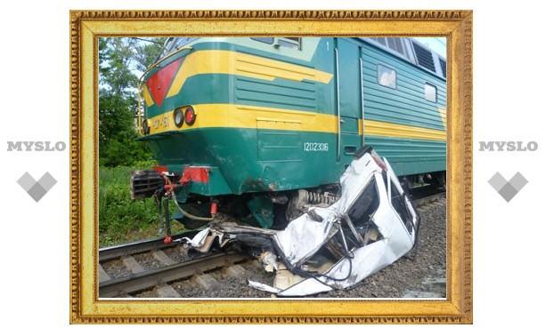 В Тульской области пассажирский поезд протаранил легковушку