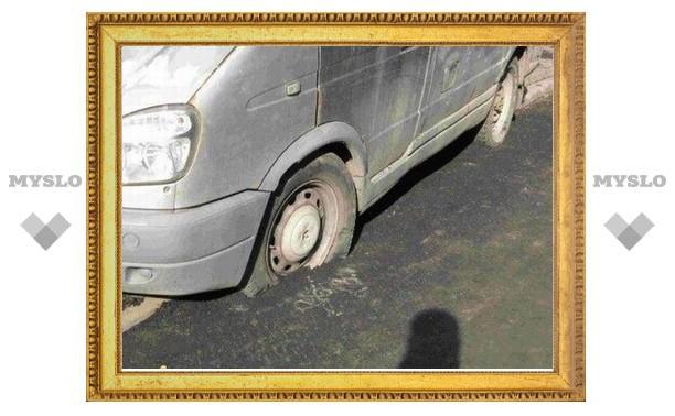 В Туле машины мешают закатывать асфальт