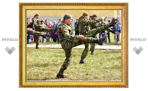 Бойцы Тульской дивизии ВДВ десантируются в Псковской области