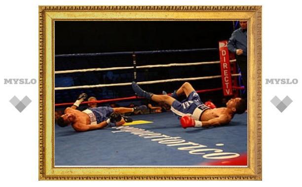 Два боксера одновременно послали друг друга в нокдаун