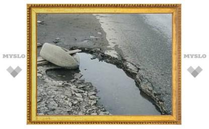 Ямы на дорогах в Донском засыпали кирпичами