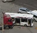 На улице Ложевой столкнулись автобус и грузовик МАЗ