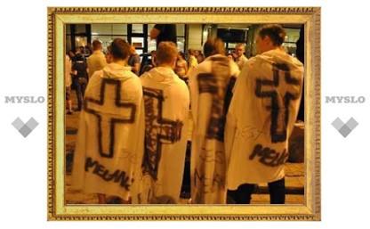 В Варшаве тысячи демонстрантов потребовали убрать крест в память о Лехе Качиньском