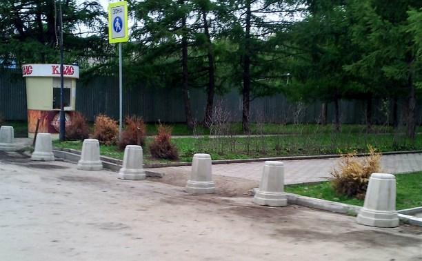 На входе в Центральный парк с ул. Жаворонкова установлены новые железобетонные ограждения
