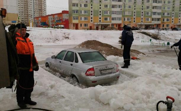 В Туле спасатели «выпилили» вмерзшую в лед машину