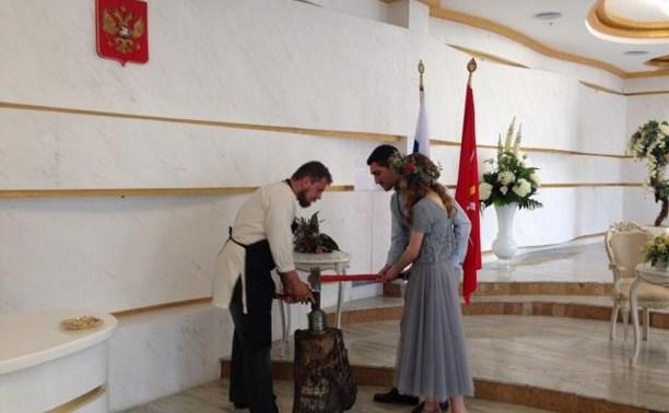 Тульские молодожены выковали монеты счастья