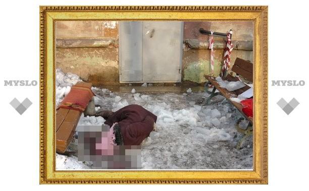 Глыба льда с крыши убила 74-летнюю пенсионерку