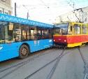 На улице Советской в Туле столкнулись автобус и трамвай