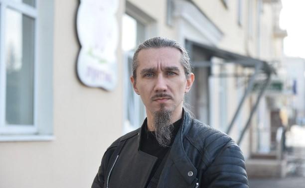 Детскому психологу-«сатанисту» предложили должность уборщика или рабочего на кухне