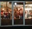 Скакал по столам и пинал посуду: очевидец снял на видео погром в тульском кафе