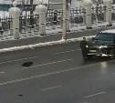 На улице Октябрьской в Туле неадекватный мужчина напал на внедорожник: видео