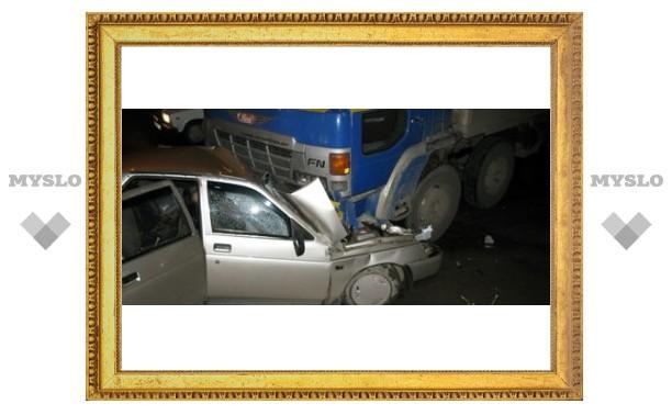 В Туле грузовик расплющил «десятку»