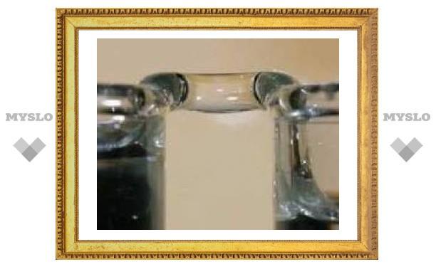 Австрийцы соединили два стакана водяным мостиком