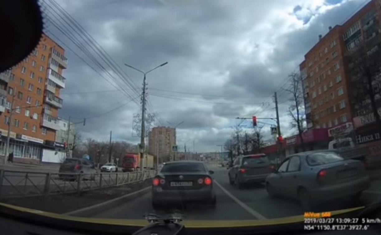 На улице Ложевой в Туле Opel рассекал по встречной полосе: видео